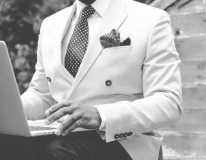 hombre traje blanco elegante